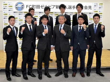 前列左から、宮崎選手、土岐田選手、丸山強化部長、下川社長、中村選手、松本選手。後列左からイ・ミンス選手、内藤選手、増田選手、戸島選手。