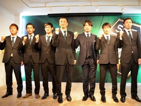 写真左から、樋口選手、森選手、成田選手、辛島監督、望月代表、黒木選手、須藤選手