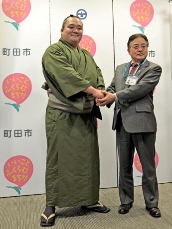 町田市長を表敬訪問した北太樹関(左)。小学校ではサッカーを経験。いまでもフットサルをやることがあるという。