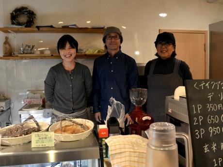 店主の前川さん(中央)とスタッフ