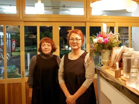 ひばりカフェ店主の佐竹輝子さん(右)、カフェ運営をサポートする勝村悠生さん
