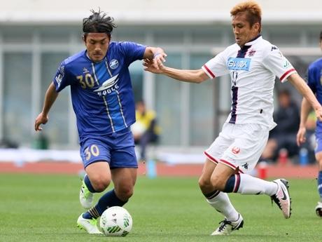 中島選手(町田)と稲本選手(札幌)のマッチアップ
