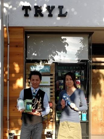 福原正之社長(左)と創業メンバー。FC町田ゼルビアとスヌピ-がコラボするリボンマグネットも手掛けた。
