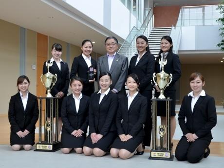 玉川大学(左側)、桜美林大学(右側)のチアダンスチームメンバー、町田市長(中央)
