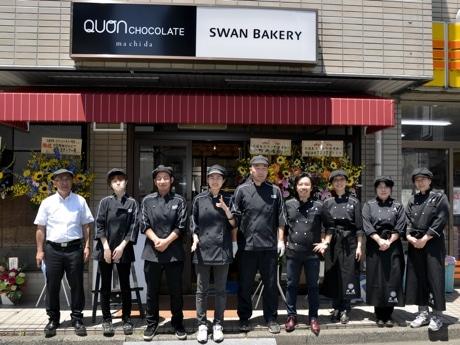 久遠チョコレート×スワンベーカリー町田店のスタッフ。天野貴彦代表理事長(写真左)、ラ・バルカグループの夏目浩次さん(右から4番目)。