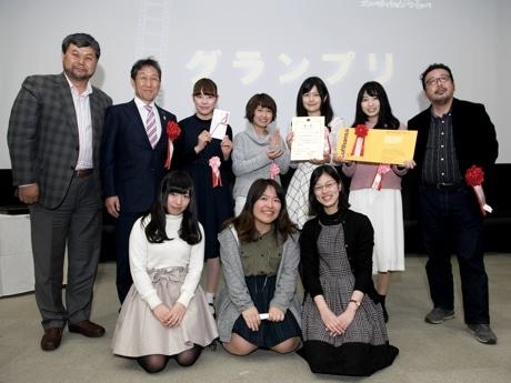 つくばショートムービーコンペティションつくッペでグランプリを受賞した東京家政学院大学の学生(中央) ;copy東京家政学院大学