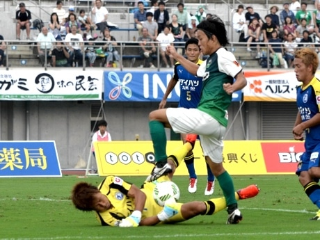 曽我部選手のシュートは、GK修行選手の体を張ったプレーに阻まれる。