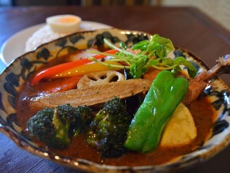 皮がパリッとしたチキンと野菜のカレー(1,300円)
