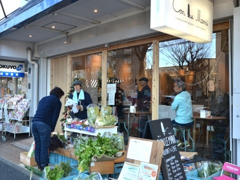 店舗外観。軒先で月2回程度、低農薬野菜を販売する。