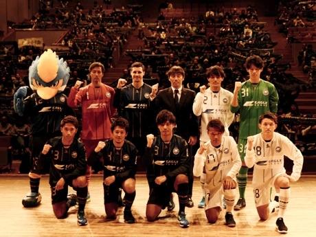 上段左から、ゼルビー、碓井、タタール、相馬監督、奥山、渡辺。 下段左から、大田、吉濱、藤井、遠藤、平戸の各選手。