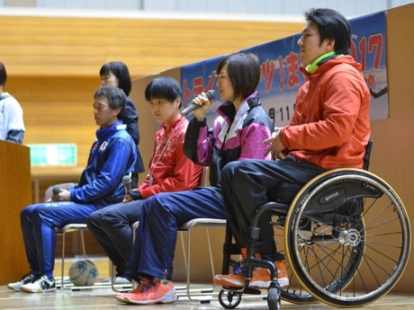 トークショーの様子。手前から、湯浅剛さん、豊田まみ子さん、鹿沼由理恵さん、葭原滋男さん。