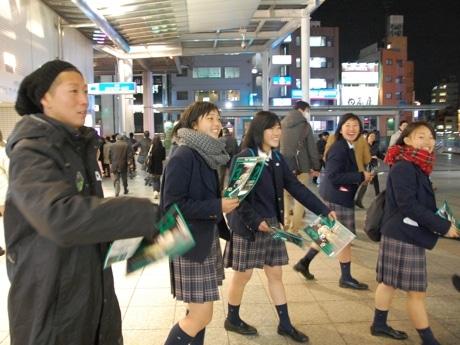 呉大陸選手と一緒にチラシを配る相模女子大学高等部の女子サッカー部員