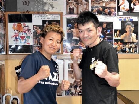 世界戦に挑む花形さん(左)、ラーメン店店主の佐々木さん。応援する選手のポスターやサインを店内に飾る。