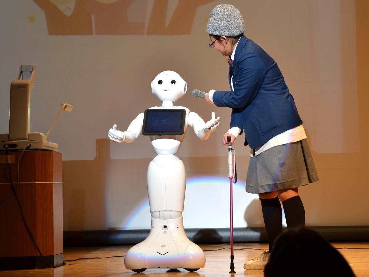 高齢単身世帯が増えることをふまえて、高齢者のもの忘れ防止や寂しさをいやすロボットを提案した南大谷中学校の発表の様子