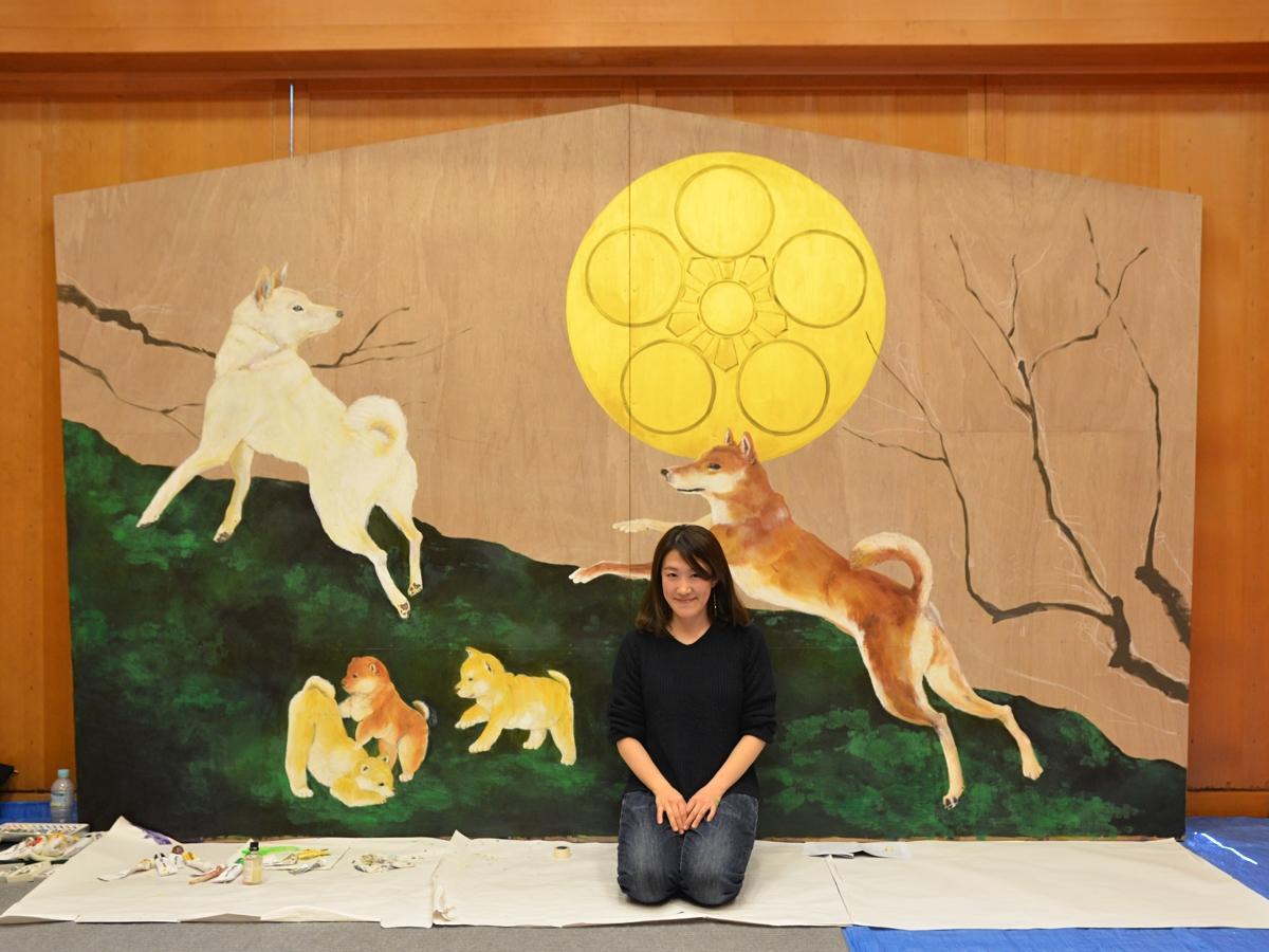 「戌」の巨大絵馬を制作する林絵美さん