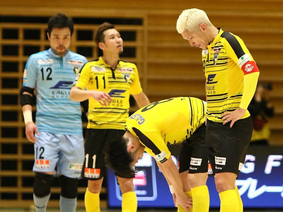 試合後、肩を落とす町田の選手