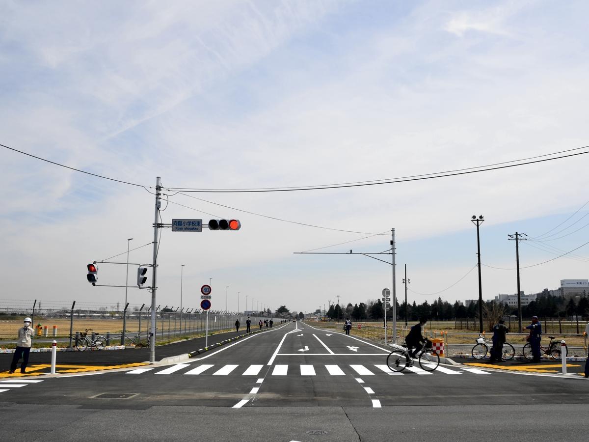 向陽小学校東交差点から見た東西道路(2018年3月26日撮影)