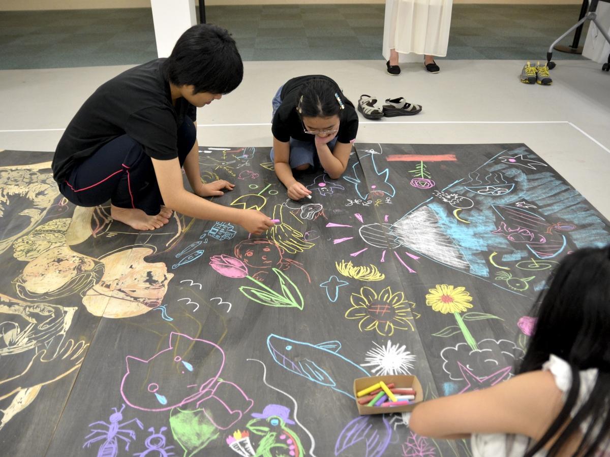 菱ヶ江真里さんの公開制作。子どもと会話をしながら絵を描いていく。もとの下絵からイメージが変化していく過程が見られた。