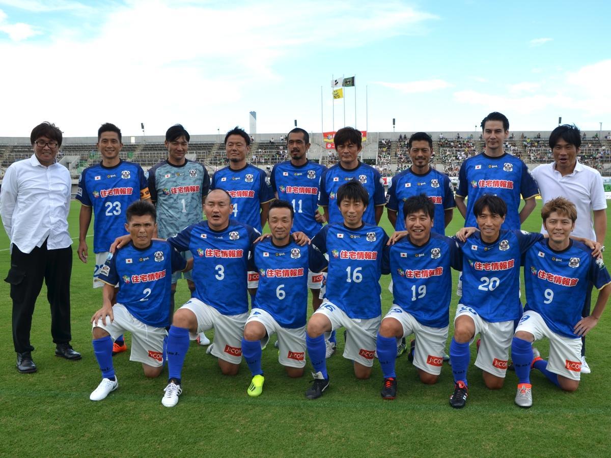 さがみはらドリームマッチに出場した元日本代表選手。漫画家の高橋陽一さん(左)が総監督を務めた。