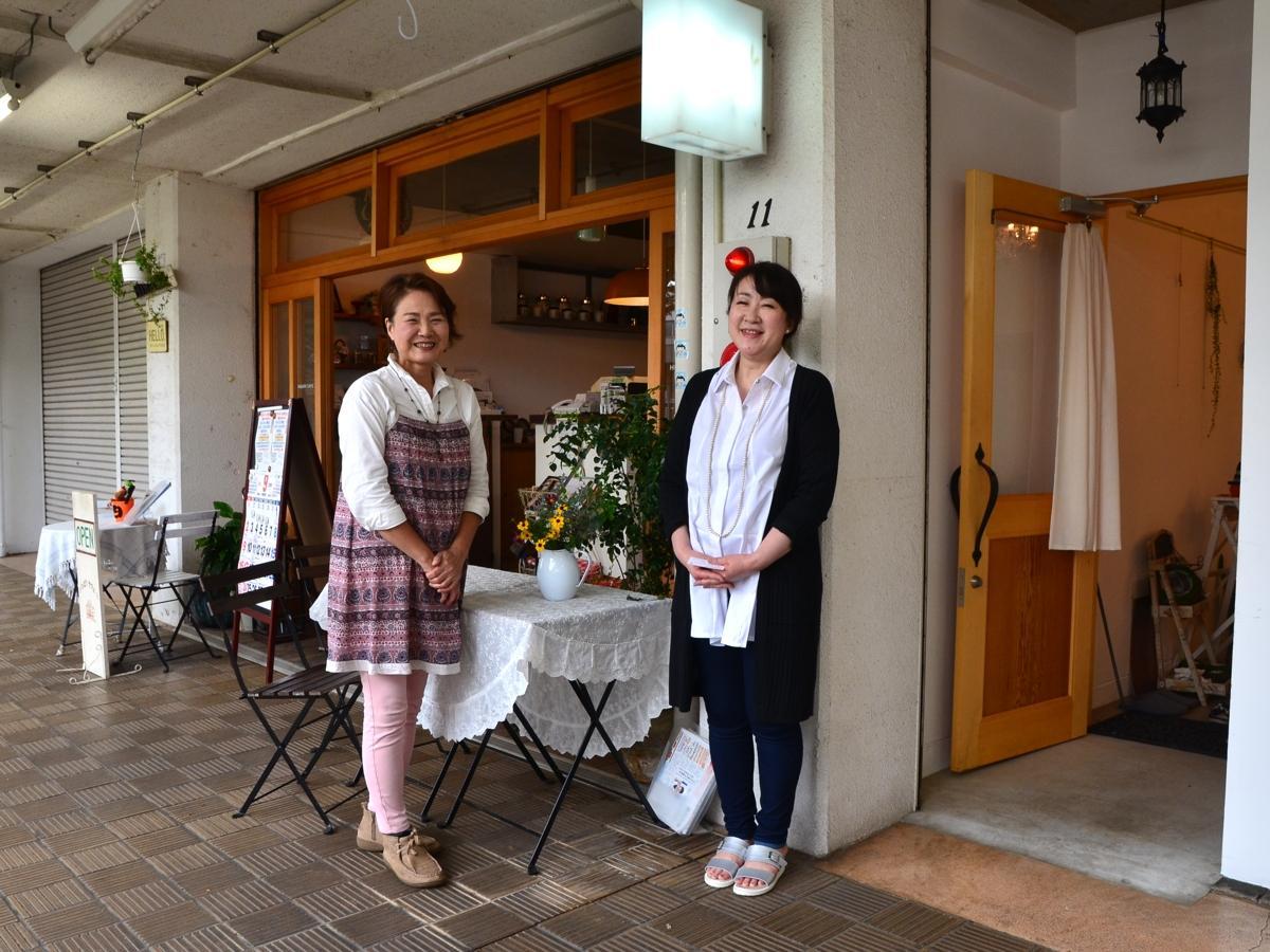 ひばりカフェの佐竹さん(左)、隣に入居した新店舗の定休日にフラワーアレンジメント教室を開く「たかはしさわこ」さん。ともに地元在住。