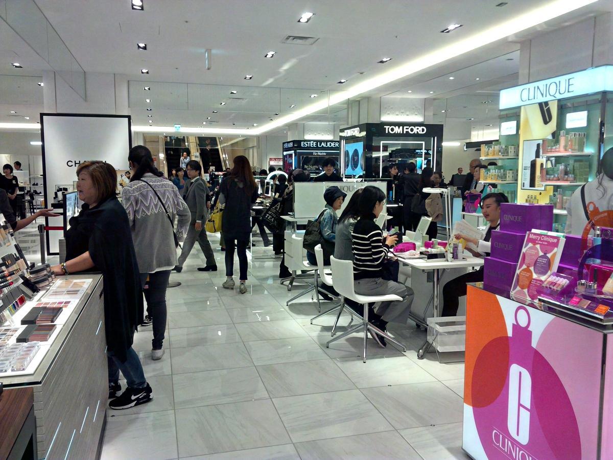 1階の化粧品売場。「コスメと遊ぶ。マチダでビジン」をリニューアルのコピーに掲げる