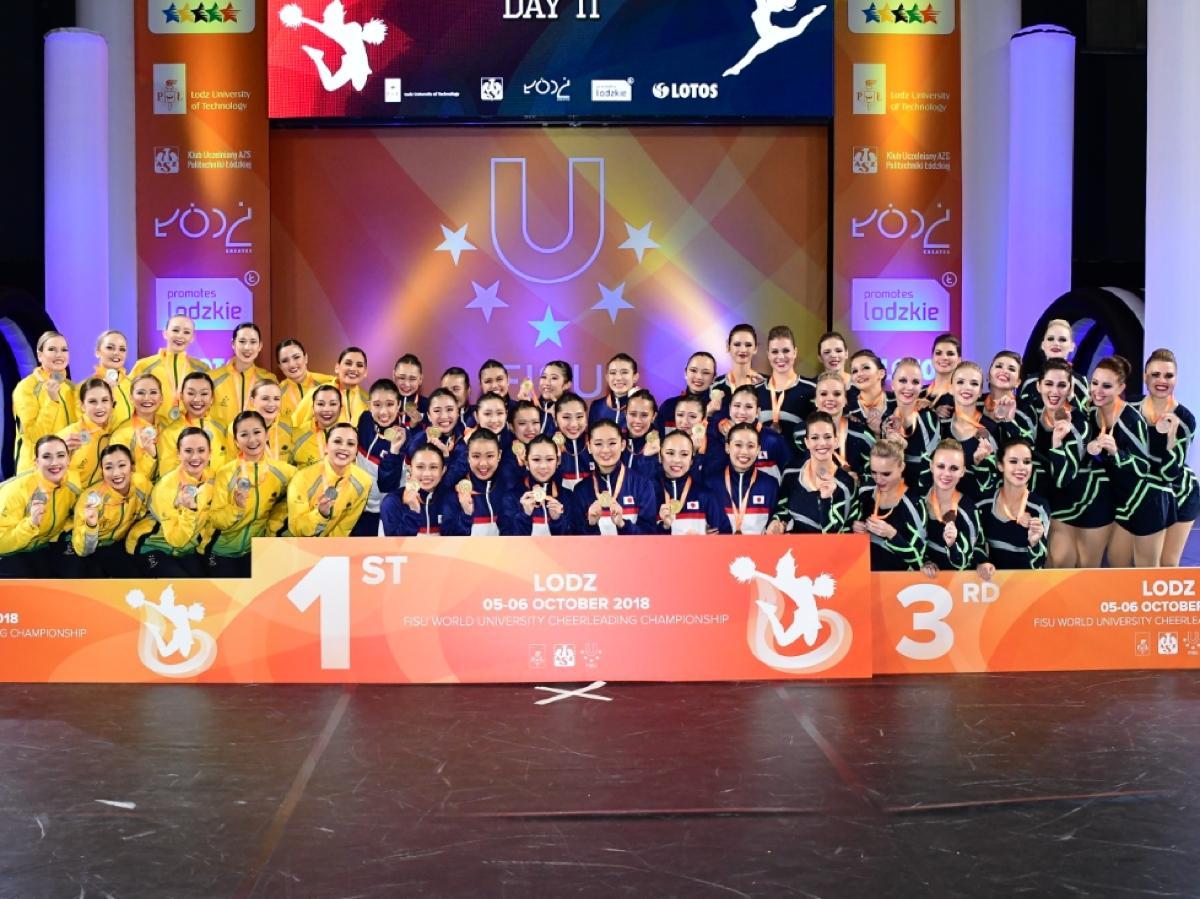 金メダルに輝いた玉川大学ダンスドリルチーム「ジュリアス」選抜メンバー20人。