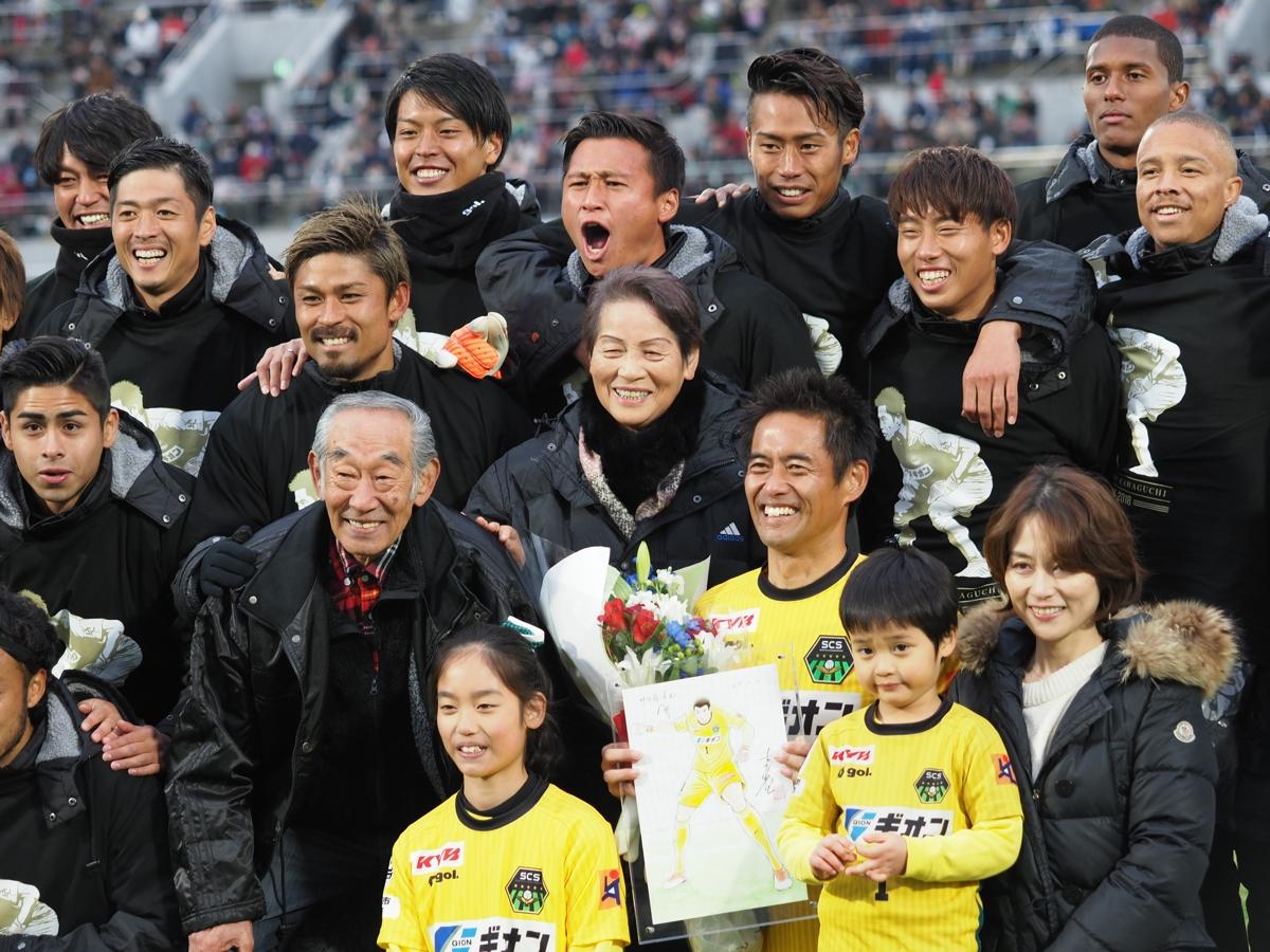試合後の引退セレモニーで家族や選手らと記念撮影する川口選手