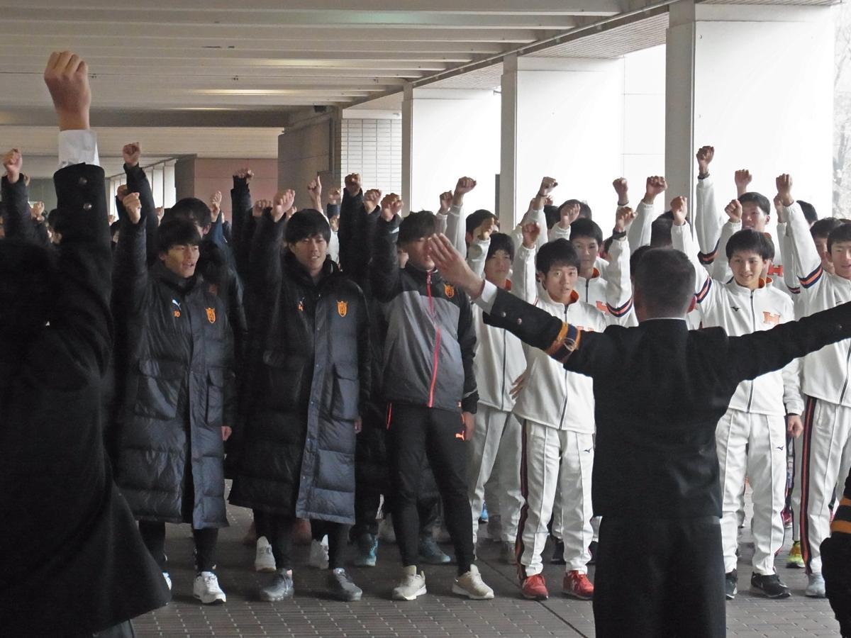 応援団のエールを受ける陸上競技部とサッカー部