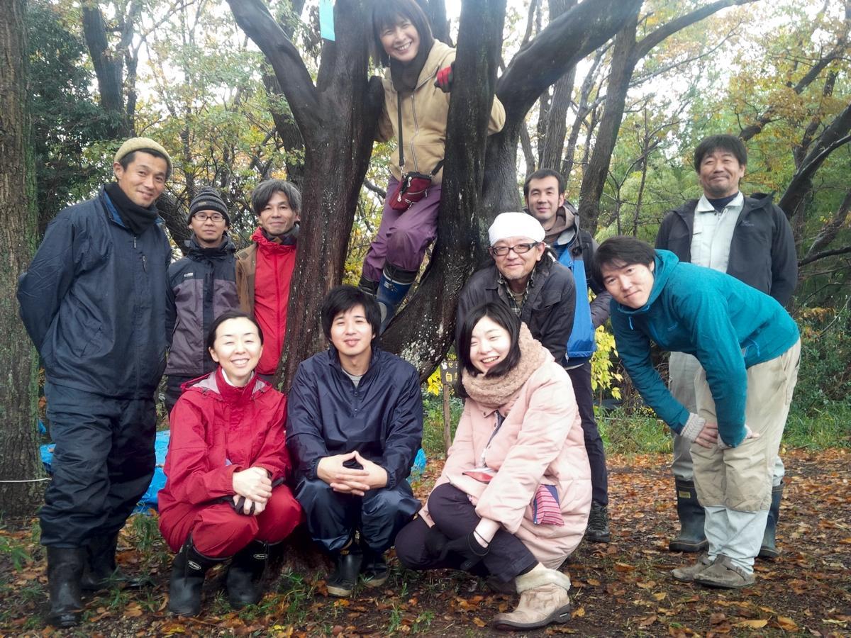伐採するエゴノキに集まったアートプロジェクトのメンバー、せりがや冒険遊び場のスタッフ、版画美術館の学芸員