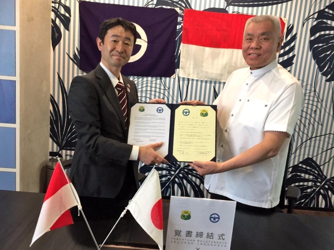 覚書締結式(左:木島副市長 右:アレックス・ティルタ副会長)