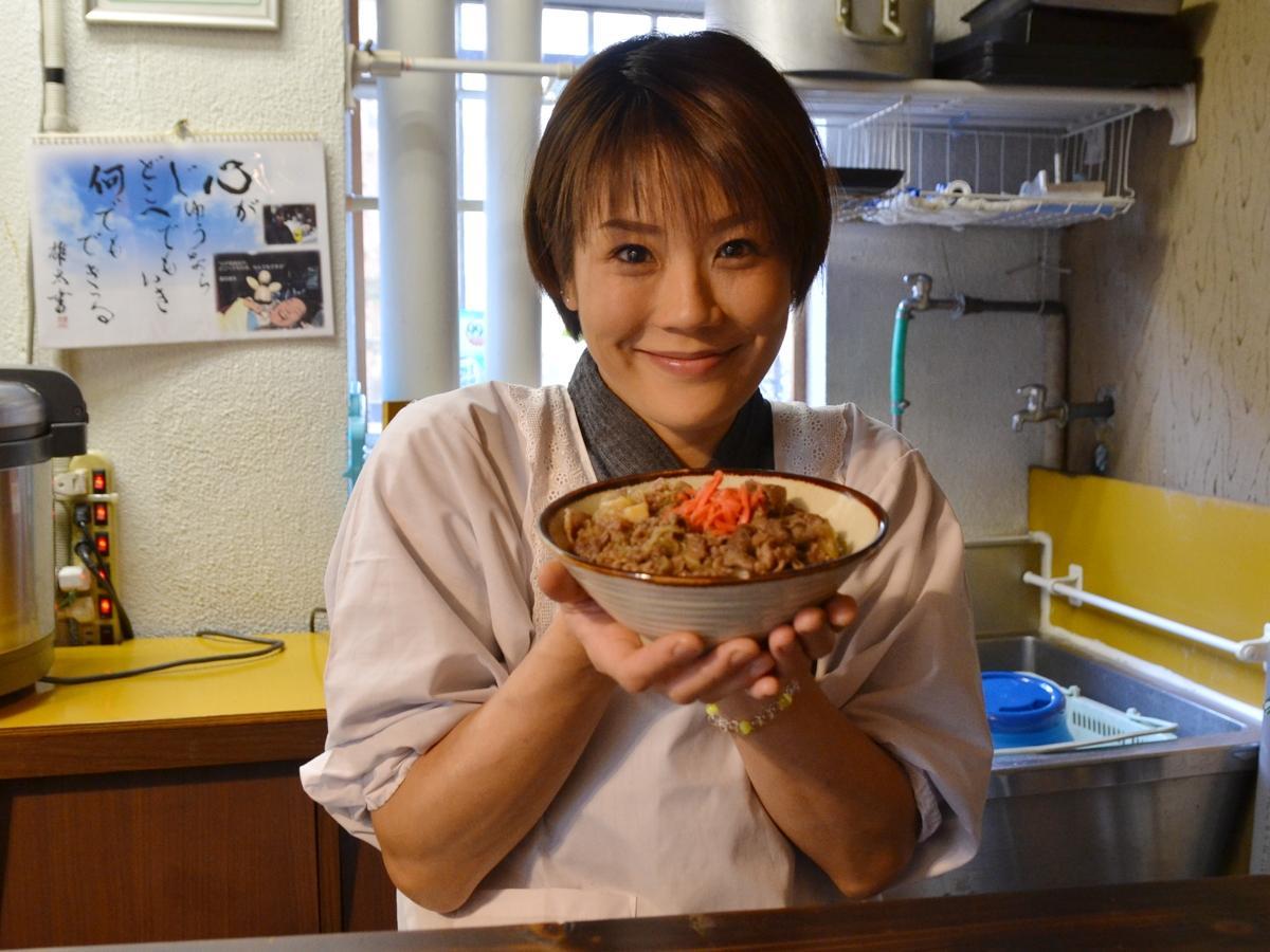 イノシシ丼を提供する「実家」店主の小倉千草さん