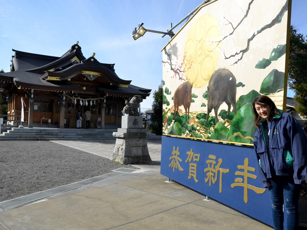 イノシシの巨大絵馬と作者の林さん