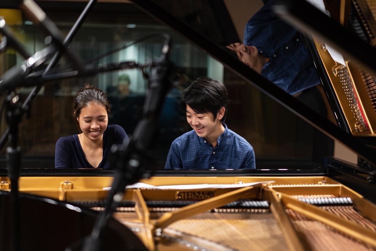 西田衣見さん(左)、垣本拓海さん。コンサートでは1台のピアノを2人で同時に弾くという。