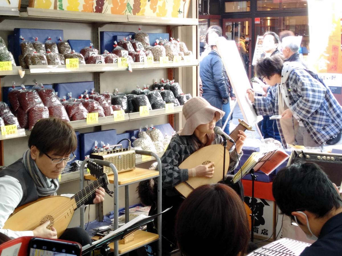 リュートを演奏する福原さん、田村仁良さん。イラストを描く本田さん。