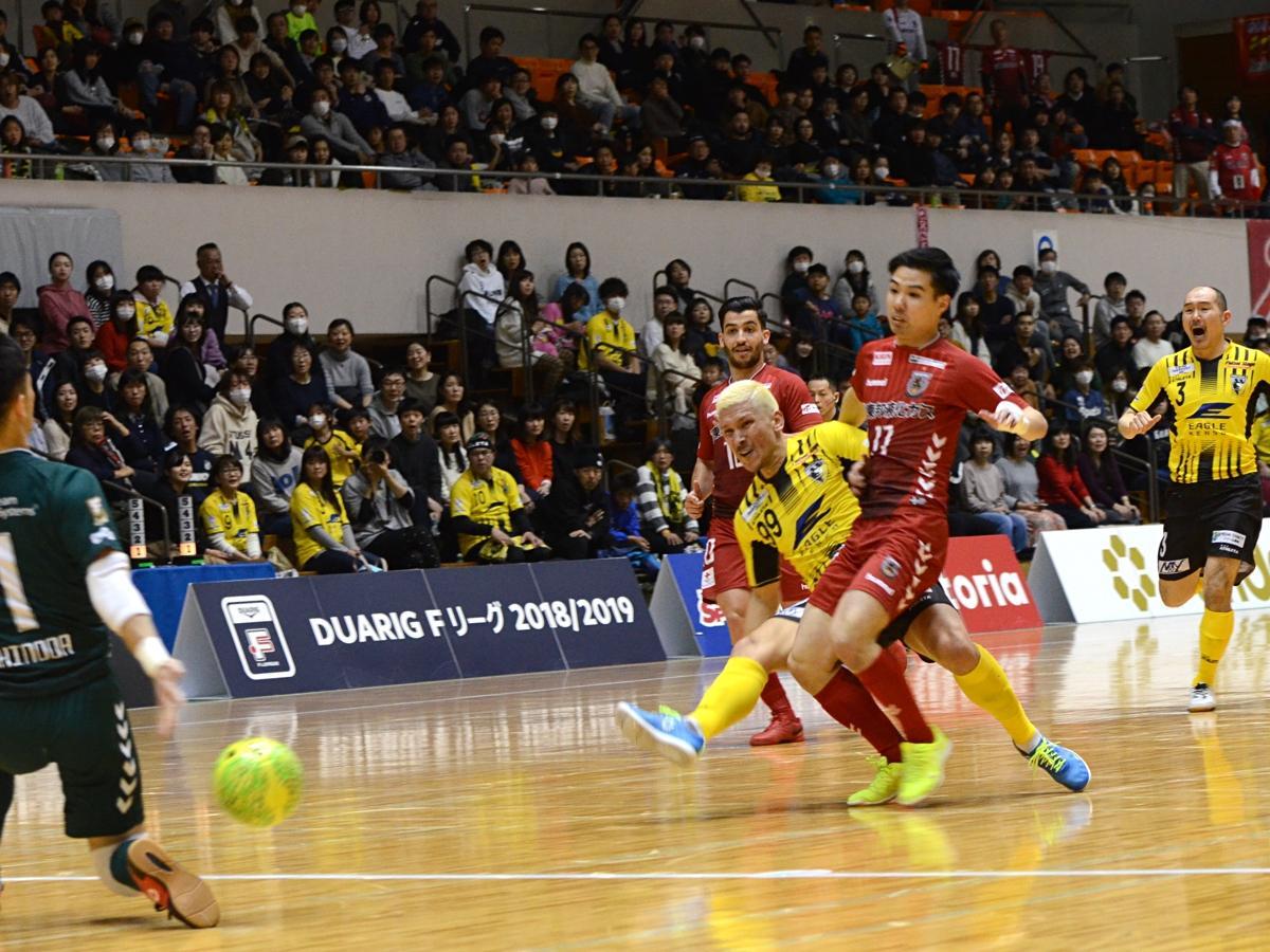 森岡薫選手(中央)と滝田学選手の連続ゴールで同点とするも、パワープレー返しで突き放された。