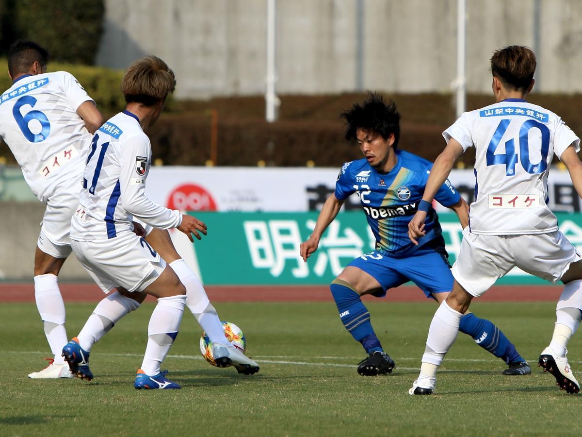 町田の戸高選手(中央)、胸トラップからの切り返しで相手の守備を崩して今季初ゴール。