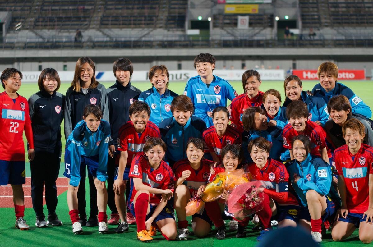 壮行セレモニーでチームメイトとともに田中選手(前列右から4番目)