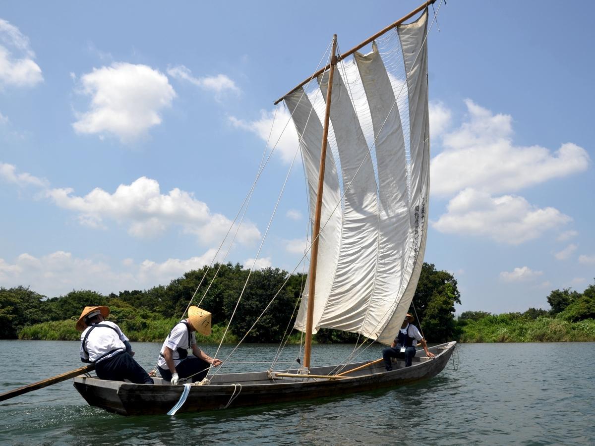 丹沢を背景に浮かぶ帆かけ舟