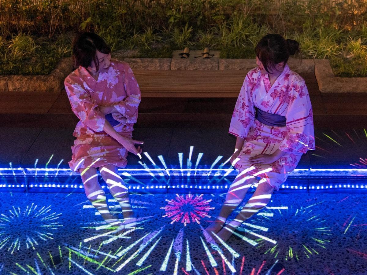 足湯に投影された「夏の思い出」のイメージ
