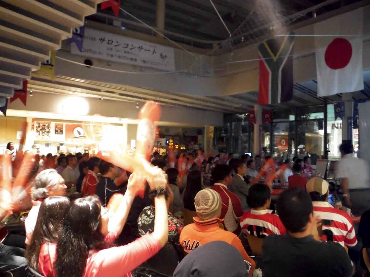 前回W杯、鶴川ポプリホールで開かれた日本代表vs南アフリカのパブリックビューイング。翌0時45分キックオフにも関わらず、多くの人が観戦した。 写真提供:町田市