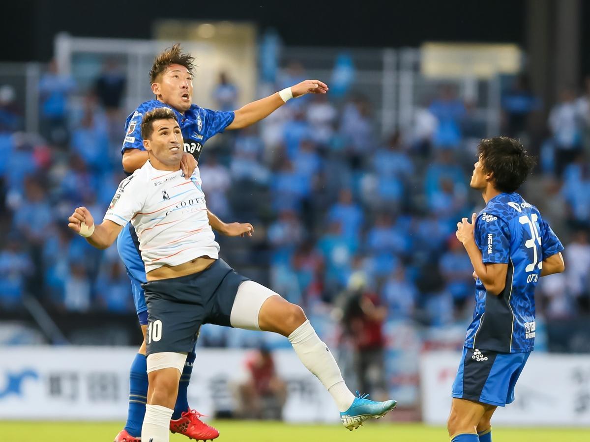5試合ぶり出場の深津選手(左)と横浜のイバ選手