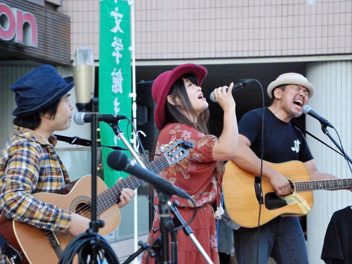 文学館まつりのストリートライブ ©北村友宏