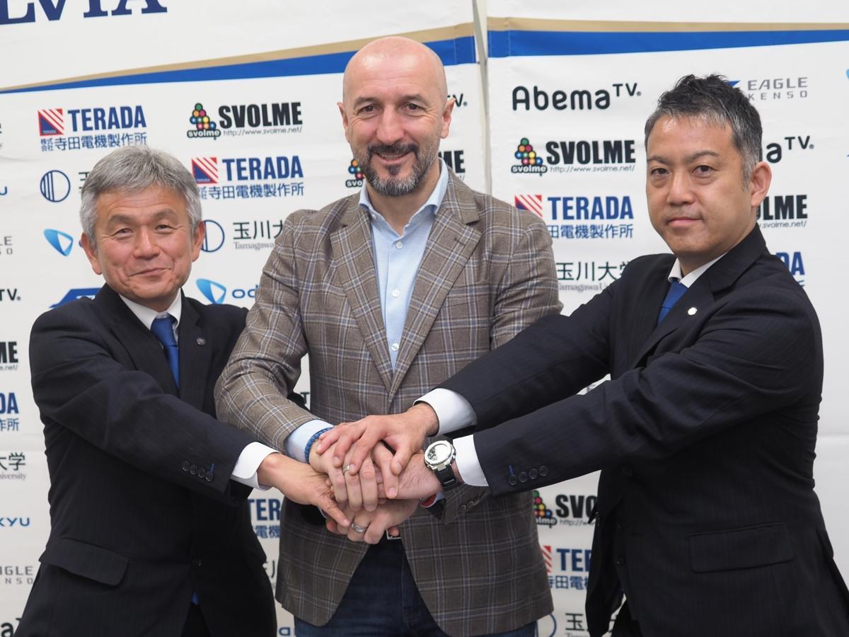 唐井ゼネラルマネジャー、ポポヴィッチ監督、大友健寿社長(写真左から)