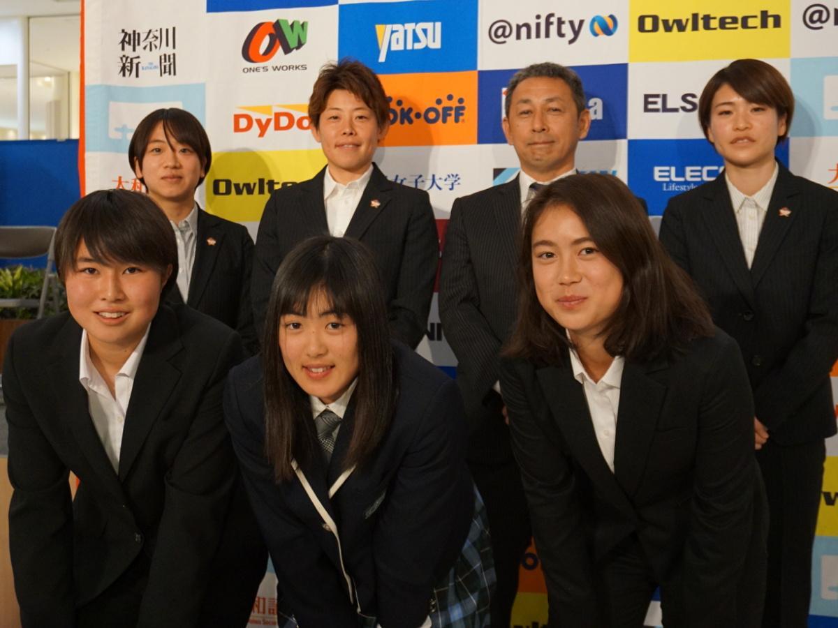 後方左から、副キャプテンの小林海晴選手と櫻本尚子選手、北野誠監督、キャプテンの石田みなみ選手。 前方左から、福住青空選手、石田千尋選手、工藤真子選手。