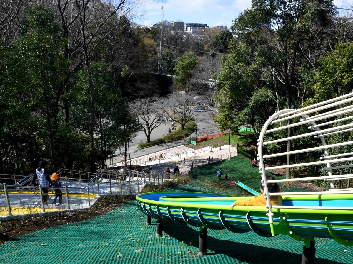 延長46メートルの大型滑り台。6~12歳用と表示されている。