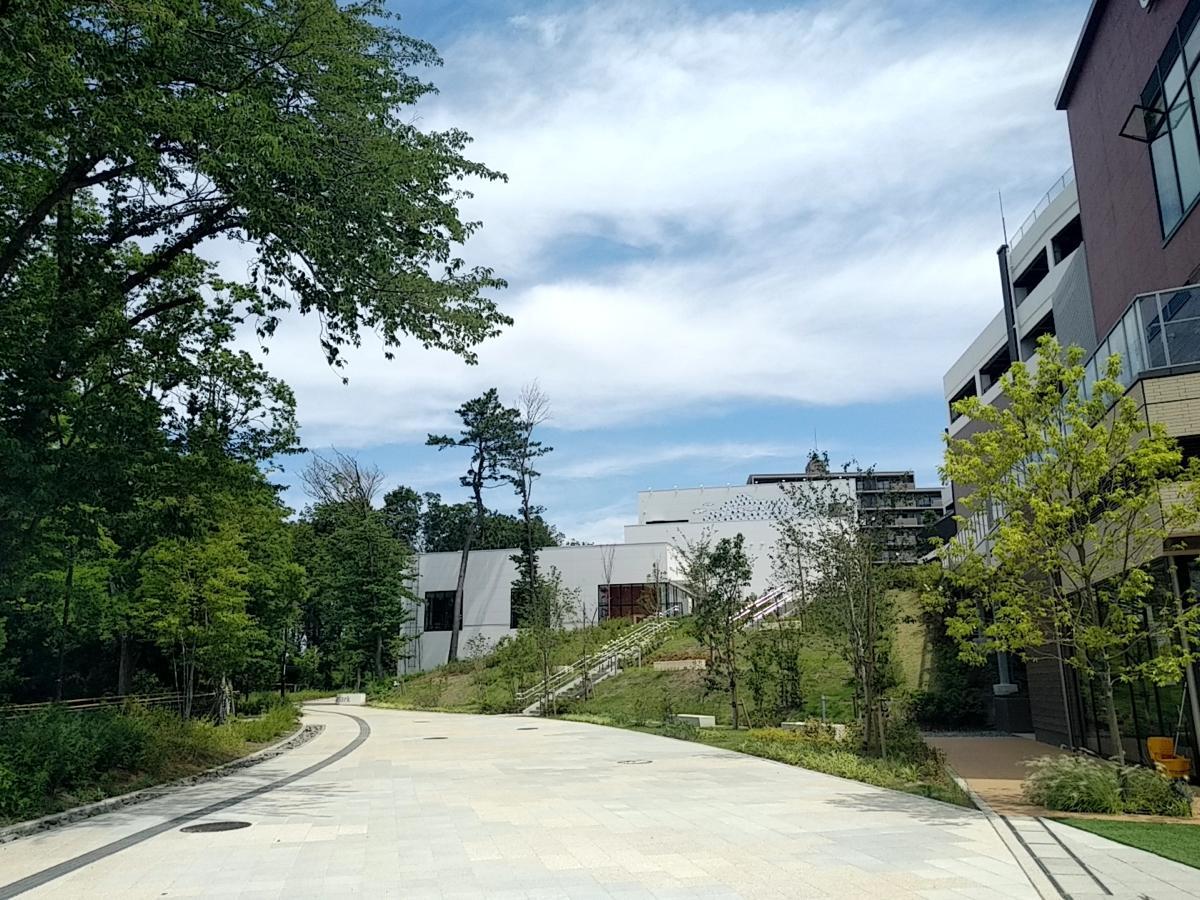 商業施設と都市公園の間に設けたコミュニティー拠点「パークライフ・サイト」。元は市道だった。現在はスヌーピーミュージアムなどが立地する。