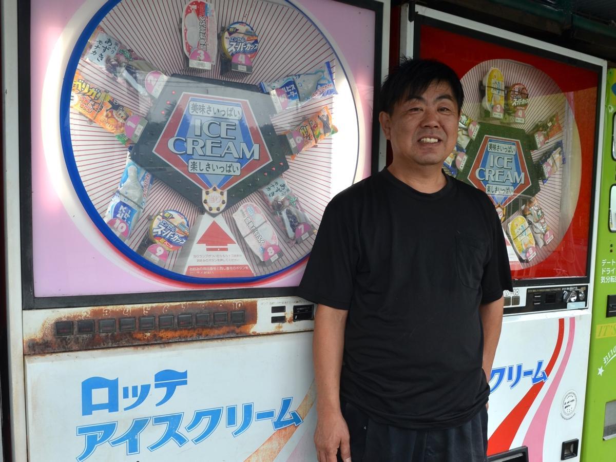 鉄剣タローから引き取ったアイスクリームのレトロ自販機2台。右は店内設置のため外装の状態がいい。左は部品取り機だったものを斉藤社長が修理した。味を残すために外装はそのままにしたという。