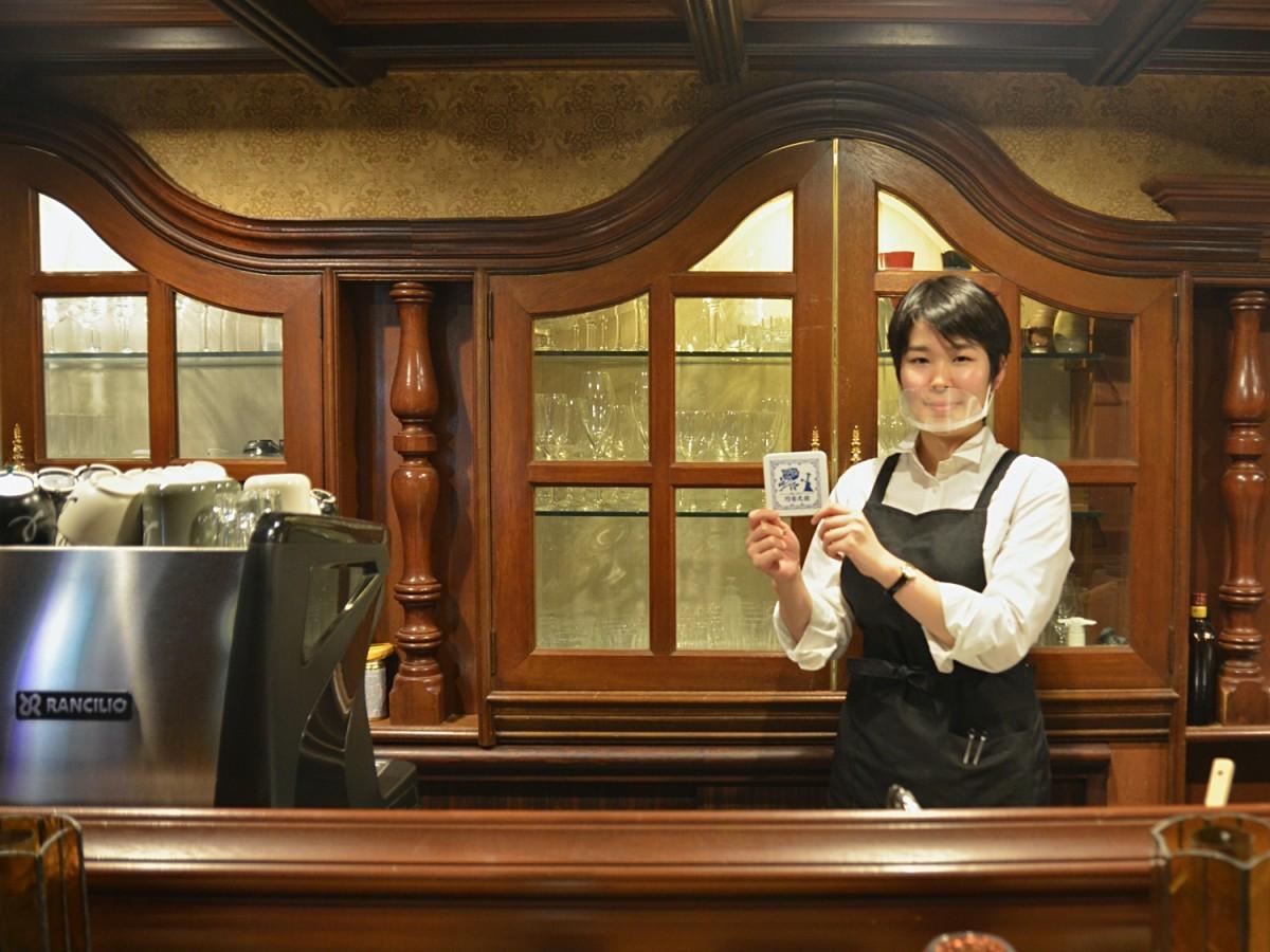 店長の藤田さんがコースターの裏に似顔絵を描くサービスも