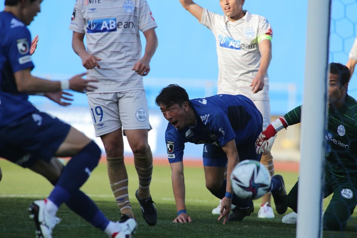 同点のダイビングヘッドを決めた深津選手 ©FC町田ゼルビア