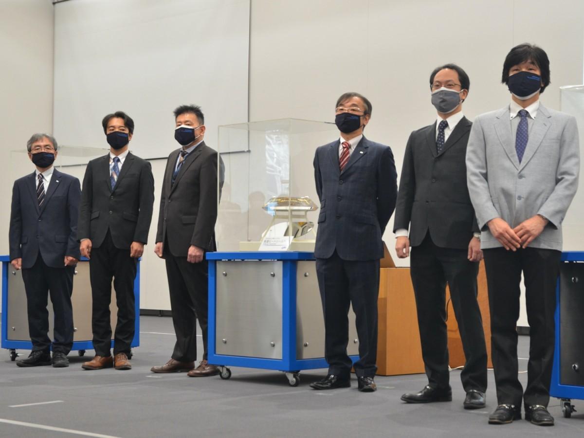はやぶさ2カプセルを公開したJAXAの國中均所長、津田雄一はやぶさ2プロジェクトマネジャーら